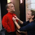 photo-Mélaine De la Pinta ajuste le costume de Passe-Muraille