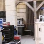 photo-Les flycases de transport temporairement stockées dans la cour intérieur du fort en attendant le retour à terre.